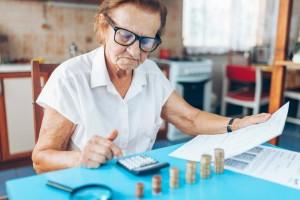 възрастна жена смята месечните си разходи